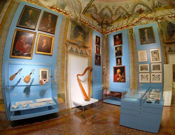 arpa e strumenti nel museo della Musica di Bologna