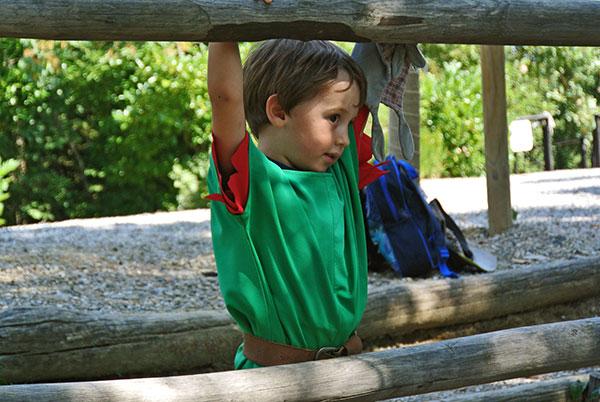 bambino con costume da cavaliere