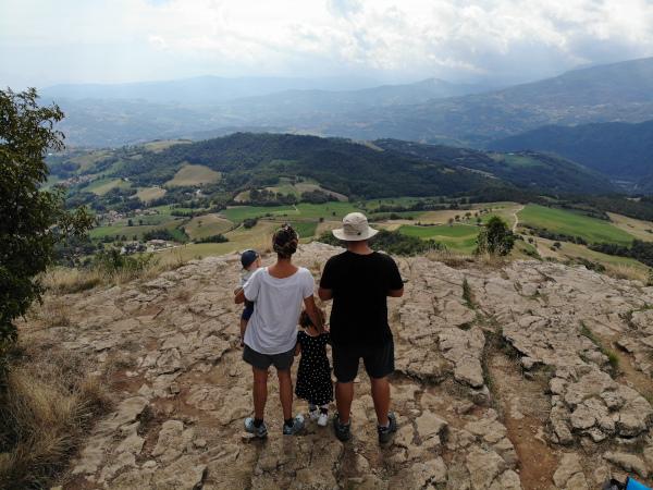 famiglia sulla sommità della pietra che osserva il panorama