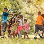 bimbi che giocano in un parco