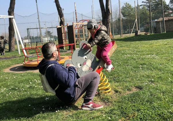 bimba e papà che giocano al parco