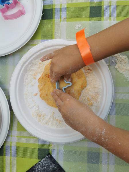 mani che fanno i biscotti con una formina
