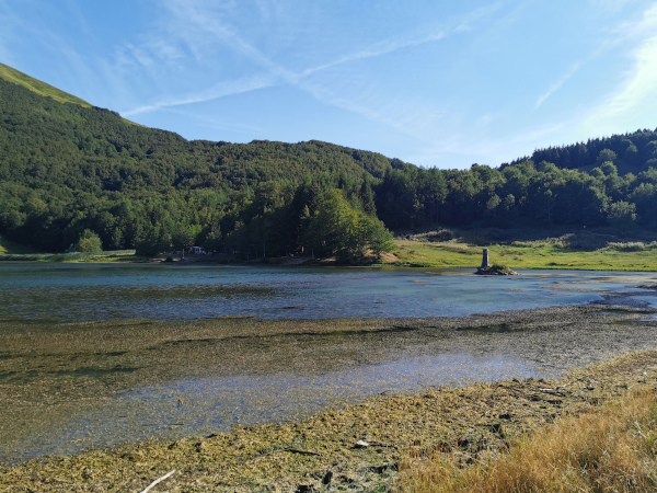 vista lago di calamone con boschi sullo sfondo