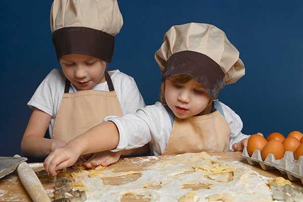 bambini con cappello da cuoco