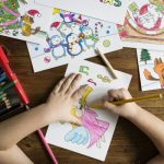 bimba che colora disegni natalizi