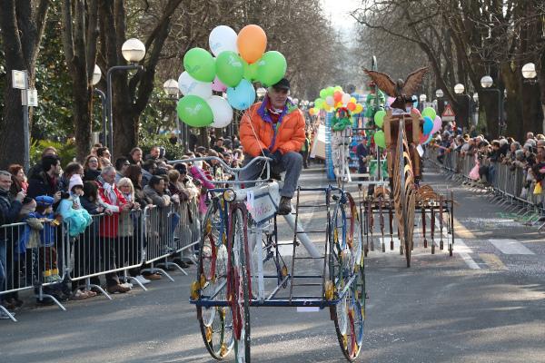 signore guida fantaveicolo simile a una bicicletta