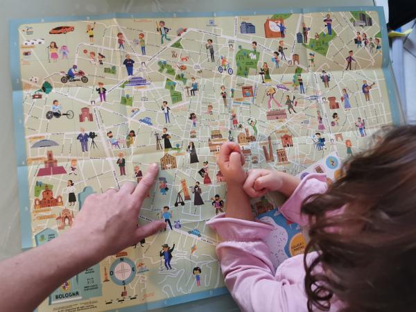 mappa di bologna per bambini con mamma e bimba che la guardano
