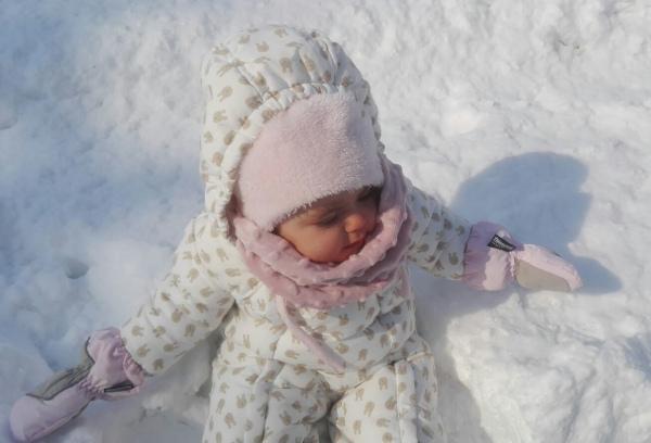 bimba in mezzo alla neve