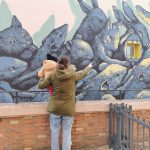 mamma che indica murales a bimbi