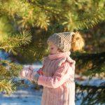 bambina tocca un albero