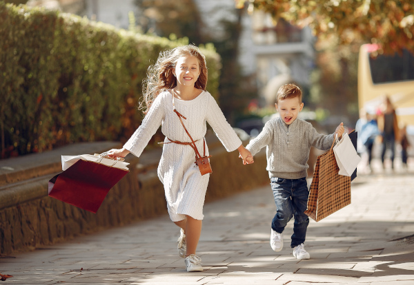 bambini corrono con buste della spesa