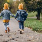 bambini corrono lungo un viale