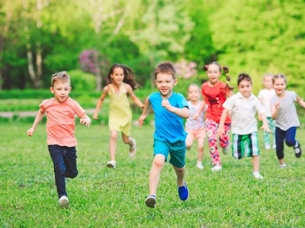 bambini corrono sul prato