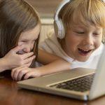 bambini al computer che ridono