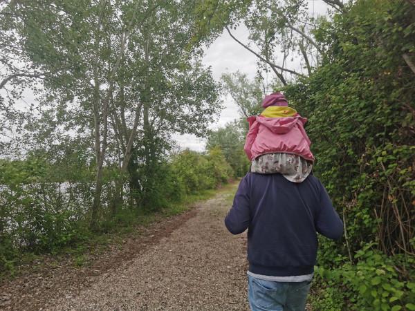 bimba sulle spalle del nonno nel sentiero