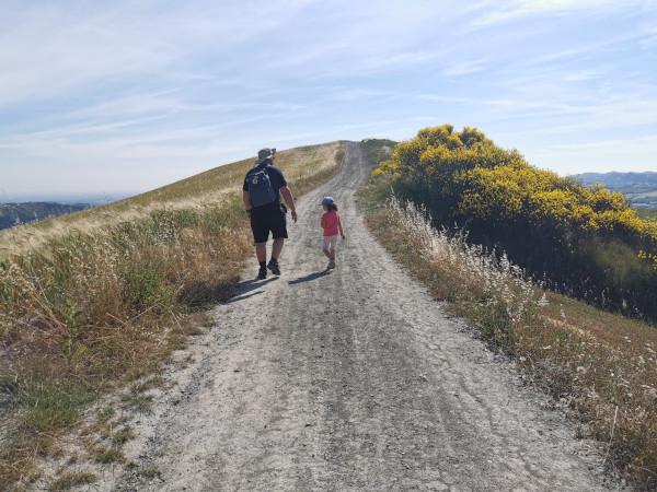 padre e figlia lungo il sentiero