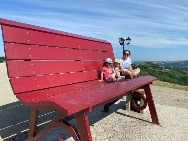 mamma e bimbi sulla panchina gigante