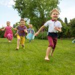bimbi che corrono