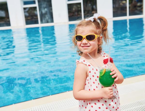 bimba a bordo piscina