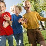 bambini corrono insieme