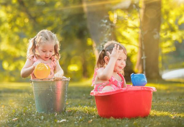 bimbe giocano con l'acqua