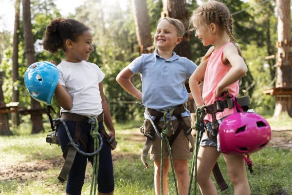 bambini con imbragatura e casco