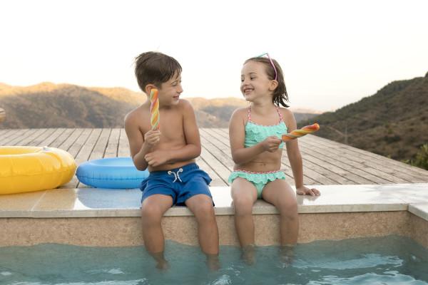 bambini a bordo piscina