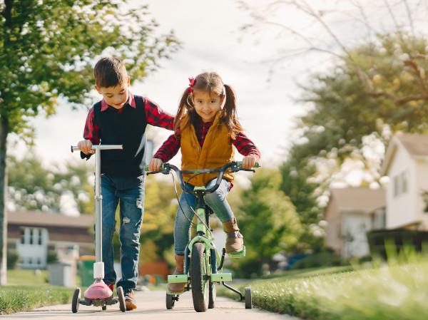 bambini con monopattino e bici