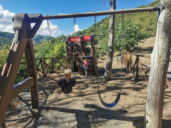 bimbi che giocano davanti al panorama