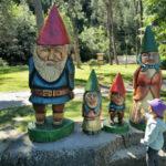 statue degli gnomi con bimba